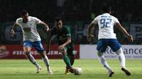 Penyerang sayap Persebaya, Osvaldo Haay, berusaha melewati adangan pemain PSIS Semarang dalam pertandingan di Stadion Gelora Bung Tomo, Surabaya, Kamis malam (30/5/2019). Persebaya ditahan 1-1 oleh PSIS dalam laga tersebut. (Bola.com/Aditya Wany)