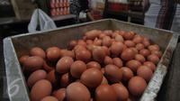 Telur ayam mengalami kenaikan yang sangat tinggi dibanding bulan-bulan sebelumnya, Pasar Senen, Jakarta, Senin (28/12/2015) Jelang akhir tahun harga Sembako di pasar tradisional rata-rata mengalami kenaikan hingga 20%. (Liputan6.com/Angga Yuniar)