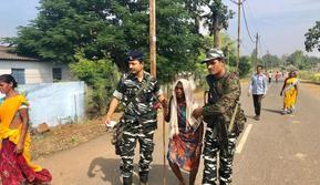 Petugas berwenang India mengawal warga untuk berpartisipasi dalam pemilihan umum di negara bagian Chhattisgarh (AFP)