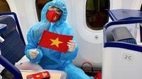 Miss Universe Vietnam 2020 Nguyen Tran Khanh Van tampil berbalut APD ketika ia berada di pesawat untuk terbang ke Amerika Serikat. (dok. Instagram @khanhvannguyen25/https://www.instagram.com/p/COYFjbMhZG_/)