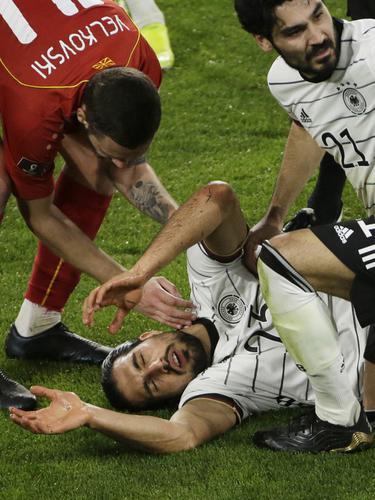 Pemain Jerman Ilkay Gundogan membantu rekannya, Emre Can