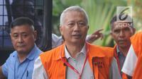 Terdakwa mantan Dirjen Hubla Kementerian Perhubungan Antonius Tonny Budiono berjalan menuju gedung KPK untuk menjalani pemeriksaan, Jakarta, Senin (23/4). (Merdeka.com/Dwi Narwoko)