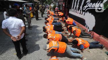 FOTO: Pelanggar PSBB Tangerang Selatan Dihukum Push-up