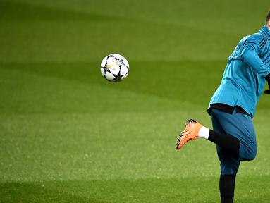 Pemain Real Madrid, Cristiano Ronaldo mengendalikan bola saat sesi latihan di Stadion Parc des Princes di Paris, Prancis, Senin (5/3). Real Madrid akan menghadapi Paris Saint Germain (PSG) pada leg kedua babak 16 besar Liga Champions. (FRANCK FIFE/AFP)