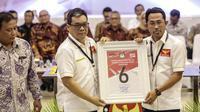 Ketua Umum Partai Garuda Ahmad Ridha Sabana mendapatkan nomor 6 sebagai peserta pemilu 2019 saat pengundian nomor urut parpol di kantor KPU, Jakarta, Minggu (19/2). (Liputan6.com/Faizal Fanani)
