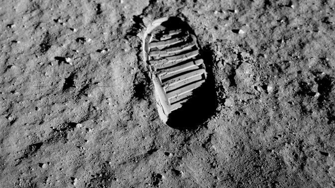 Buzz Aldrin memotret jejak kaki dirinya sekitar satu jam setelah moonwalk pada 20 Juli 1969, sebagai bagian dari investigasi terhadap mekanika tanah permukaan Bulan. (Public Domain)