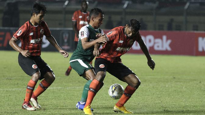 Gelandang Persebaya Surabaya, Irfan Jaya, berusaha merebut bola saat melawan Perseru Serui pada laga Piala Presiden 2019 di Stadion Si Jalak Harupat, Bandung, Sabtu (2/3). Persebaya menang 3-2 atas Perseru. (Bola.com/Yoppy Renato)