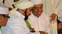 """Bupati Cilacap, Tatto Suwarto Pamuji dan Habib Syech Assegaf dalam acara 'Sholawat untuk Negeri"""", di Majenang, Cilacap. (Foto: Liputan6.com/Muhamad Ridli)"""