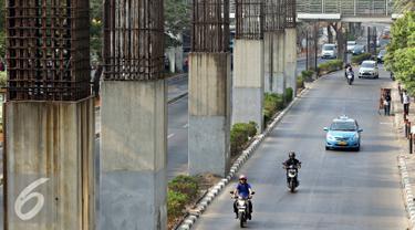Tiang-tiang pancang penyangga monorel menjulang di sepanjang Jalan Rasuna Said, Jakarta, Jumat (30/10). Presiden Joko Widodo menyatakan seluruh tiang pancang bekas monorel akan difungsikan sebagai tiang penyangga rel LRT. (Liputan6.com/Immanuel Antonius)