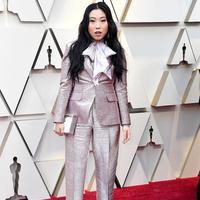 Bukan cuma gaun pink yang lekat dengan kesan feminin, para aktris juga banyak mengenakan tuxedo di Oscar 2019. (Foto: instagram.com/lookrama)