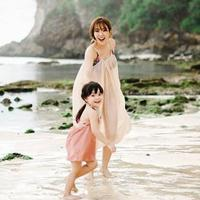 Gisella Anastasia di pantai bersama anak (Instagram/gisel_la)