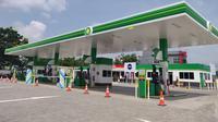 PT AKR Corporindo Tbk melalui anak usaha British Petroleum (BP) menjual BBM melalui Stasiun Pengisian Bahan Bakar Umum di De Latinos, Serpong, Tangerang Selatan. Liputan6.com/Pebrianto Eko Wicaksono