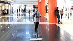 Petugas membersihkan lantai pusat perbelanjaan di Depok, Jawa Barat, Rabu (17/6/2020). Mulai 16 Juni 2020, sejumlah pusat perbelanjaan di Kota Depok kembali beroperasi selama masa PSBB proporsional, namun tetap dengan memerhatikan protokol-protokol kesehatan. (Liputan6.com/Immanuel Antonius)