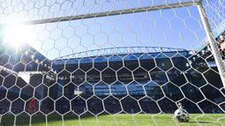 Spanyol malah lebih dulu tertinggal karena blunder fatal Unai Simon pada menit ke-20. Dia gagal mengontrol bola backpass dari Pedri. Bola meluncur deras dari tengah lapangan dan gagal ditangkap Simon. (Foto: AFP/Pool/Jonathan Nackstrand)