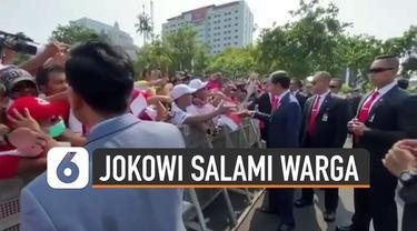Momen menarik terjadi ketika kendaraan dinas yang ditumpangi Jokowi keluar dari Istana Negara yang hendak menuju tempat pelantikan Presiden dan Wakil Presiden. Saat kendaraan melintas di depan Taman Pandang, Monas, Jokowi tiba-tiba menghentikan kenda...