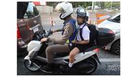 Polisi keluarkan layanan antar gratis anak ke sekolah. (Sumber: Asia One)