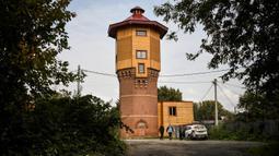 Pemandangan bekas menara air yang dibeli pengusaha Rusia Alexander Lunev dan diubah menjadi apartemen, di kota Tomsk, Siberia pada 7 September 2020. Alexander Lunev mulai membangun kembali menara air yang dibuat pada 1895 tersebut, menjadi sebuah apartemen untuk dirinya. (Alexander NEMENOV / AFP)