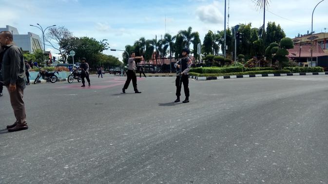 Polisi berjaga di sekitar Polda Riau usai aksi serangan.