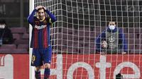 Striker Barcelona, Lionel Messi, tampak kecewa usai gagal membobol gawang Juventus pada laga Liga Champions di Stadion Camp Nou, Rabu (9/12/2020). Aksi La Pulga tersebut karena merasa frusatsi gagal membobol gawang Buffon. (AFP/Josep Lago)