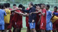Pemain Arema FC berkumpul usai sesi latihan di Stadion Gajayana, Malang, Kamis (11/4). Latihan ini merupakan persiapan jelang laga final menghadapi Persebaya Surabaya. (Bola.com/Yoppy Renato)