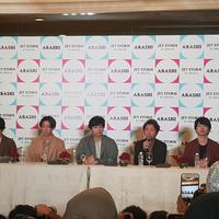 Arashi. Dari kiri: Kazunari  Ninomiya, Masaki Aiba, Jun Matsumoto, Satoshi Ohno, dan Sho Sakurai.
