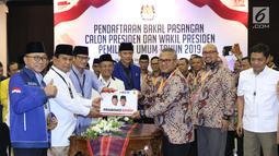 Bakal Capres/Cawapres Pemilu 2019, Prabowo Subianto (kedua kiri) dan Sandiaga Uno menyerahkan berkas syarat pencalonan kepada Ketua KPU, Arief Budiman di Gedung KPU, Jakarta, Jumat (10/8). (Liputan6.com/Helmi Fithriansyah)