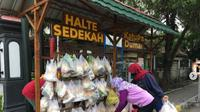 Warga bisa menyerahkan sumbangannya di Halte Sedekah (dok.instagram/@kitabisacom/https://www.instagram.com/p/CI2JrbZhNfm/Komarudin)