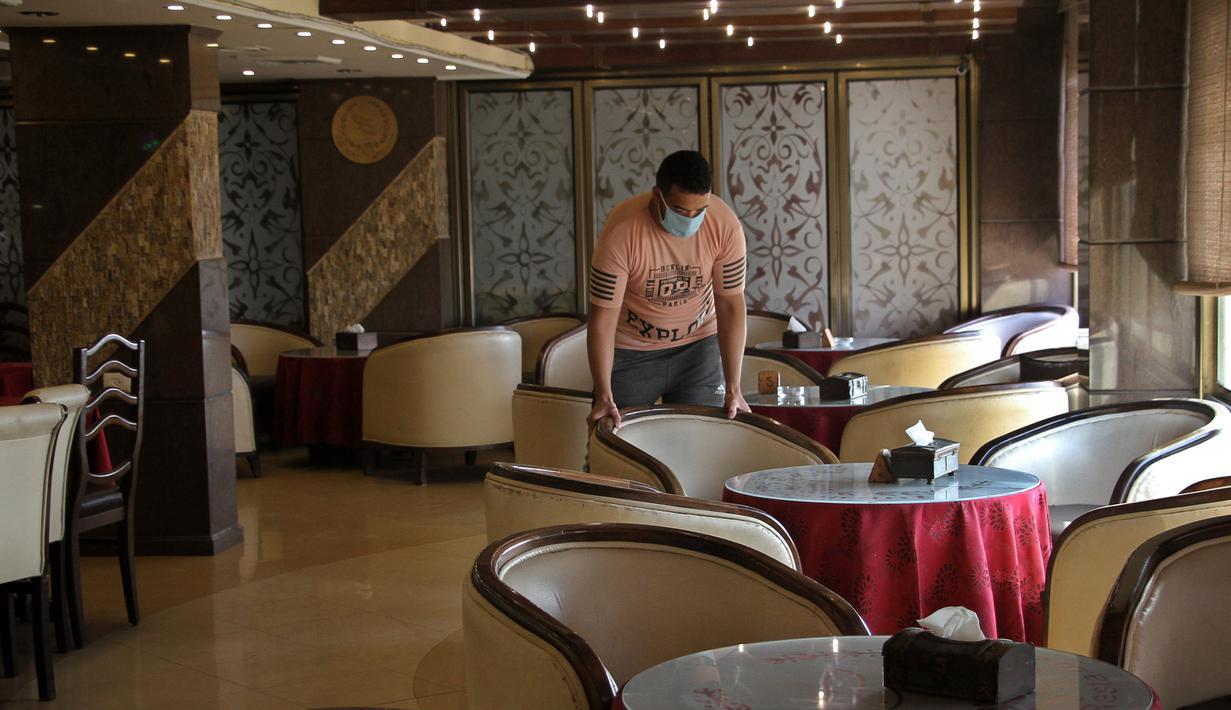 Pekerja Palestina terlihat di dalam kafe yang kosong di Gaza City, 17 September 2020. Lebih dari 500 tempat wisata di Gaza, termasuk hotel, restoran, gedung pernikahan, dan kafe, telah ditutup menyusul penerapan lockdown yang menyebabkan 7.000 pekerja menganggur sementara. (Xinhua/Rizek Abdeljawad)