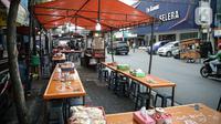 Suasana lapak pedagang kaki lima (PKL)di Jalan Sabang atau H Agus Salim, Jakarta, Jumat (27/8/2021). Menko Bidang Perekonomian Airlangga Hartarto mengatakan pemerintah sedang mempersiapkan satu juta PKL untuk mendapatkan bantuan senilai Rp1 juta dalam bentuk tunai. (Liputan6com/Faizal Fanani)