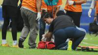 Pemain Barito Putera, Gavin Kwan Adsit , mengalami cedera saat menghadapi Persela Lamongan di Piala Presiden 2019, Rabu (13/3/2019). (Bola.com/Iwan Setiawan)