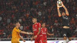 Kiper Persija Jakarta, Andritany Ardhiyasa, menangkap bola saat melawan Bhayangkara FC pada laga Liga 1 di SUGBK, Jakarta, Jumat (23/3/2018). Kedua klub bermain imbang 0-0. (Bola.com/Asprilla Dwi Adha)