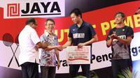 Hendra Setiawan mendapat bonus dari PB Jaya Raya usai memenangkan Kejuaraan Dunia Bulu Tangkis 2019 bersama Mohammad Ahsan. (Dok PB Jaya Raya)