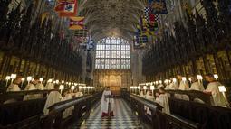 Suasana latihan paduan suara untuk pernikahan Pangeran Harry dan tunangannya Meghan Markle di St George's Chapel, Windsor, Inggris (14/5). Pangeran Harry dan Meghan Markle akan menikah di Kapel St George pada tanggal 19 Mei. (AFP/Pool/ Steve Parsons)
