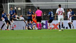 Bek Sevilla, Diego Carlos mencetak gol ketiga untuk timnya ke gawang Inter Milan pada pertandingan Final Liga Europa di Stadion Rhein Energie, Cologne, Jumat (21/8/2020). Gol indah Diego Carlos menjadi penentu kemenangan Sevilla 3-2 atas Inter Milan. (Wolfgang Rattay/Pool via AP)