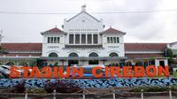 Daops 3 Cirebon membatalkan seluruh perjalan kereta api dan siap menerima refund tiket dari penumpang yang gagal berangkat. Foto (Liputan6.com / Panji Prayitno)