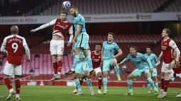 Pemain Liverpool Nathaniel Phillips (kanan) duel udara saat memperebutkan bola dengan pemain Arsenal Calum Chambers pada pertandingan Liga Inggris di Emirates Stadium, London, Inggris, Sabtu (3/4/2021). Liverpool membantai Arsenal dengan skor 3-0. (Julian Finney/Pool via AP)