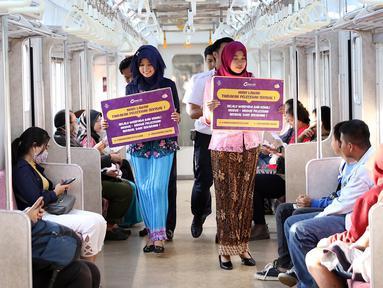 Petugas PT KCI mengenakan kebaya saat sosialisasi pencegahan pelecehan seksual di KRL, Jakarta, Jumat (20/4). Kegiatan ini dalam rangka menyambut Hari Kartini. (Liputan6.com/Immanuel Antonius)