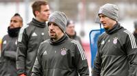 Gelandang Bayern Munchen, Franck Ribery (kedua kanan) dan penyerang Robert Lewandowski (kanan)  saat latihan latihan di Munich, Jerman, (4/12). Munchen akan bertanding melawan PSG di grup B Liga Champions. (AFP Photo/Guenter Schiffmann)
