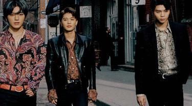 Kerennya anggota NCT yaitu Taeyong, Taeil dan Johnny NCT127 saat gunakan batik dengan balutan jeans serta jas hitam. Gaya mereka sukses buat para penggemar terpukau. (Liputan6.com/IG/@nct127)