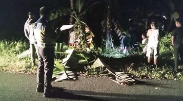 Pria Talaud ini kehilangan kendali, lalu sepeda motor yang dikendarainya keluar jalur dan menabrak pohon pisang.