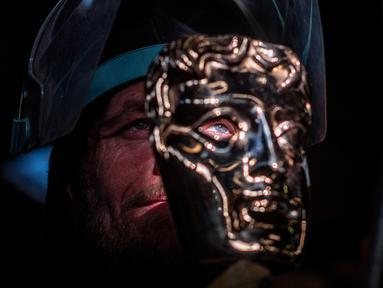Fettler Piotr Lichon membuat topeng BAFTA (British Academy of Film and Television Arts) mask di New Pro Foundries, London, pada 21 Januari 2020. (JUSTIN TALLIS / AFP)