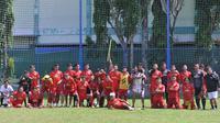 Skuat Arema FC berfoto bersama setelah latihan terakhir jelang libur aktivitas tim yang diputuskan hingga 10 November 2020 mendatang. (Bola.com/Iwan Setiawan)