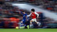 Gelandang Chelsea, Mason Mount, berebut bola dengan pemain Arsenal, Matteo Guendouzi, pada laga Premier League 2019 di Stadion Emirates, Minggu (29/12). Arsenal takluk 1-2 dari Chelsea. (AP/Ian Walton)
