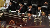 Presiden Joko Widodo saat membacakan pidato tentang Rancangan Anggaran Pendapatan Belanja Negara (RAPBN) 2016 dan Nota Keuangan di depan Sidang Paripurna anggota DPR dan DPD di Komplek Parlemen, Senayan, Jakarta, Jumat (14/8). (Liputan6.com/Johan Tallo)