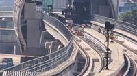 Aktivitas pekerja pembangunan LRT di kawasanan Kuningan, Jakarta, Sabtu (31/7/2021). Pembangunan LRT Jakarta-Bogor-Depok-Bekasi (Jabodebek) Tahap I telah mencapai 85,75 persen dan di targetkan beroprasi pada pertengahan tahun 2022. (Liputan6.com/Angga Yuniar)