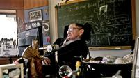 Ilmuwan terkemuka Stephen Hawking beraktivitas di kantornya di The Centre for Mathematical Sciences, University of Cambridge, London, Inggris, 14  Desember 2011. Stephen Hawking meniggal dunia di usia 76 tahun. (AFP PHOTO/LONDON SCIENCE MUSEUM/SARAH LEE)
