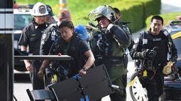 Personel LAPD Hazmat dan Bomb Squads  mempersiapkan diri untuk menyelidiki sebuah paket mencurigakan yang ditemukan di ruang surat di kantor Deutsche Bank di Los Angeles, California, Rabu (19/8/2015). (AFP/MARK RALSTON)