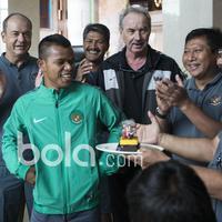 Raut wajah bahagia Manahati Lestusen saat merayakan ulang tahun ke-23 dari rekannya sesama pemain Timnas Indonesia dan Offcial Tim di Hotel Grand Fourwings, Thailand. (Bola.com/Vitalis Yogi Trisna)