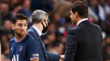 Lionel Messi tampak kecewa saat pelatih Paris Saint-Germain (PSG), Mauricio Pochettino, menariknya keluar saat bersua Olympique Lyon pada laga pekan keenam Ligue 1. (AFP/Frank Fife)