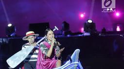 Maudy Ayunda menyanyi di atas perahu saat tampil dalam Grand Launch Vivo V15 Go Up di Taman Air Mancur Sri Baduga, Purwakarta, Jawa Barat, Selasa (5/3). Perahu dayung tersebut menjadi panggung kecil bagi Maudy. (Fimela.com/Bambang E Ros)